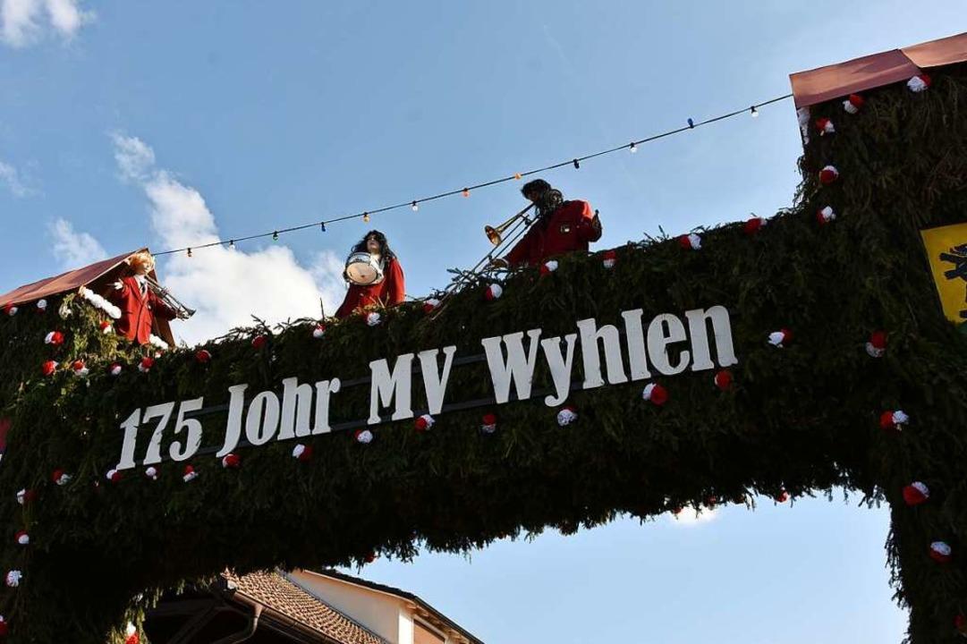 Der Schwibbogen für den viele helfende...mit angepackt haben, bekam großes Lob.  | Foto: Heinz und Monika Vollmar