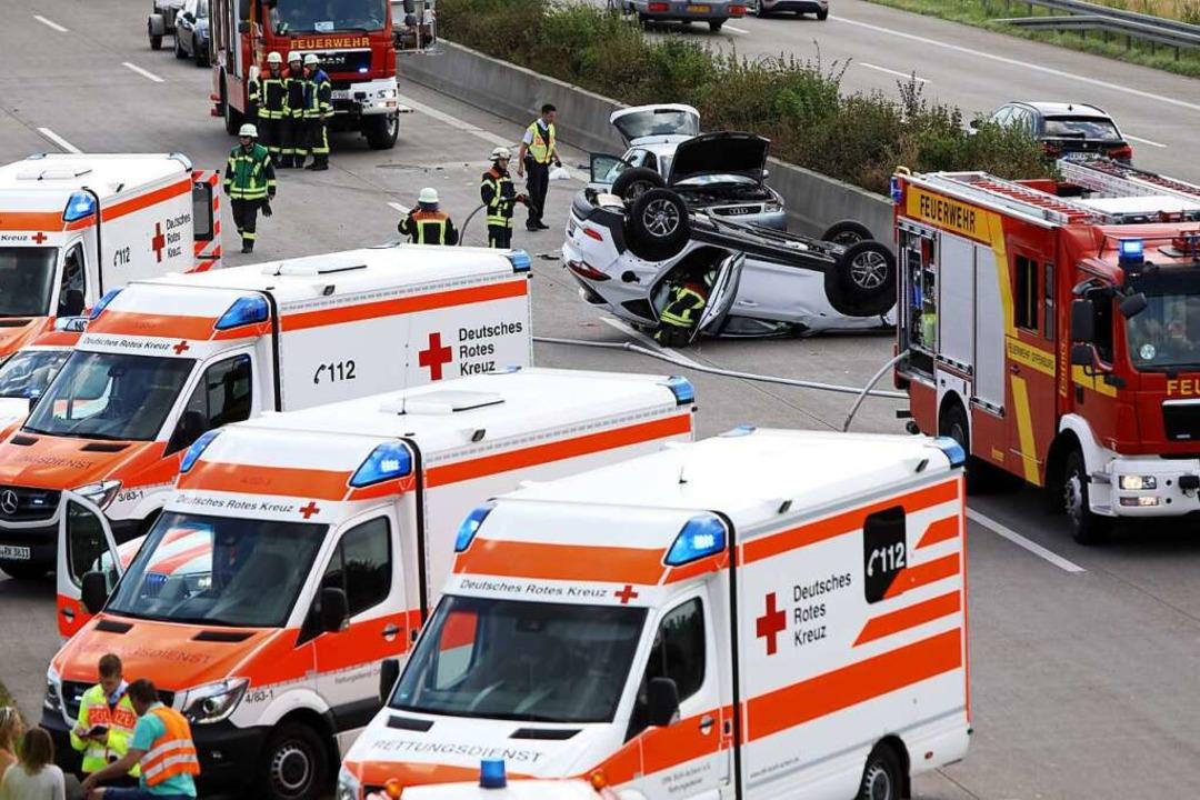Auf dem Dach blieb ein Auto bei einem ...sene und ein Säugling verletzt wurden.  | Foto: Gerda Riesheim