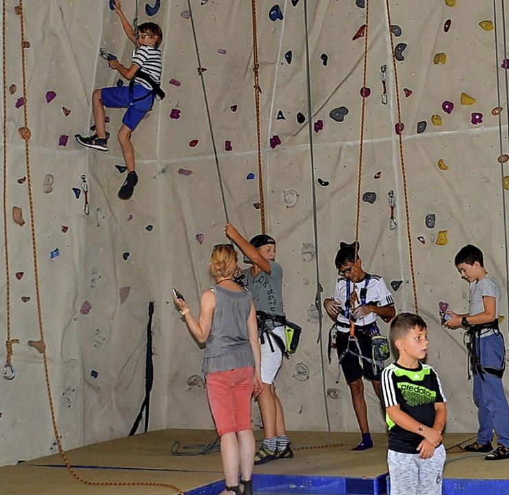 Gekonnt klettern: Die Boulderwand war ...er Gemeinschaftsschule stark gefragt.   | Foto: Danielle Hirschberger