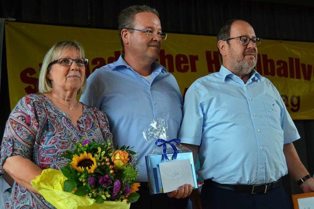 Bewegender Abschied: Der neue SHV-Präs...in Doris) zur Wahl als Ehrenpräsident.  | Foto: Matthias Kaufhold