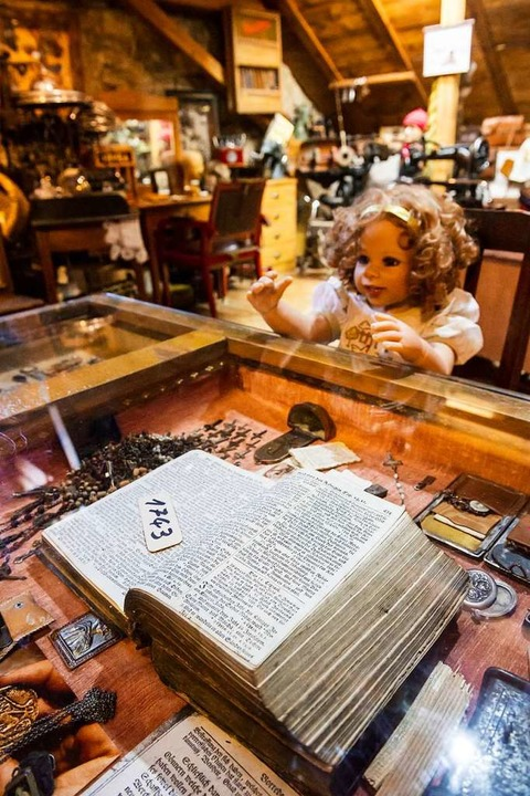 Eine Schaffhauser Bibel von 1743 gehört zu den Kuriositäten des Museums  | Foto: Daniel Schoenen