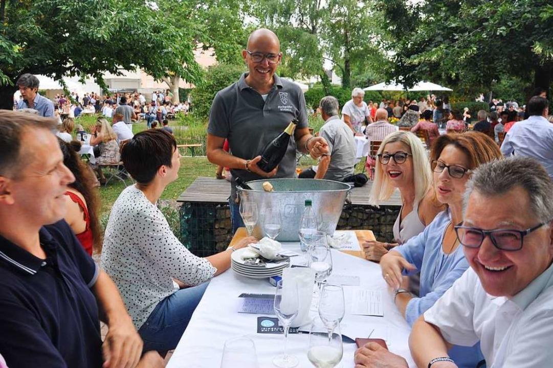 Gastgeber Hagen Rüdlin (Mitte) freute ...hre Zahl war auf 4000 begrenzt worden.  | Foto: Jutta Schütz