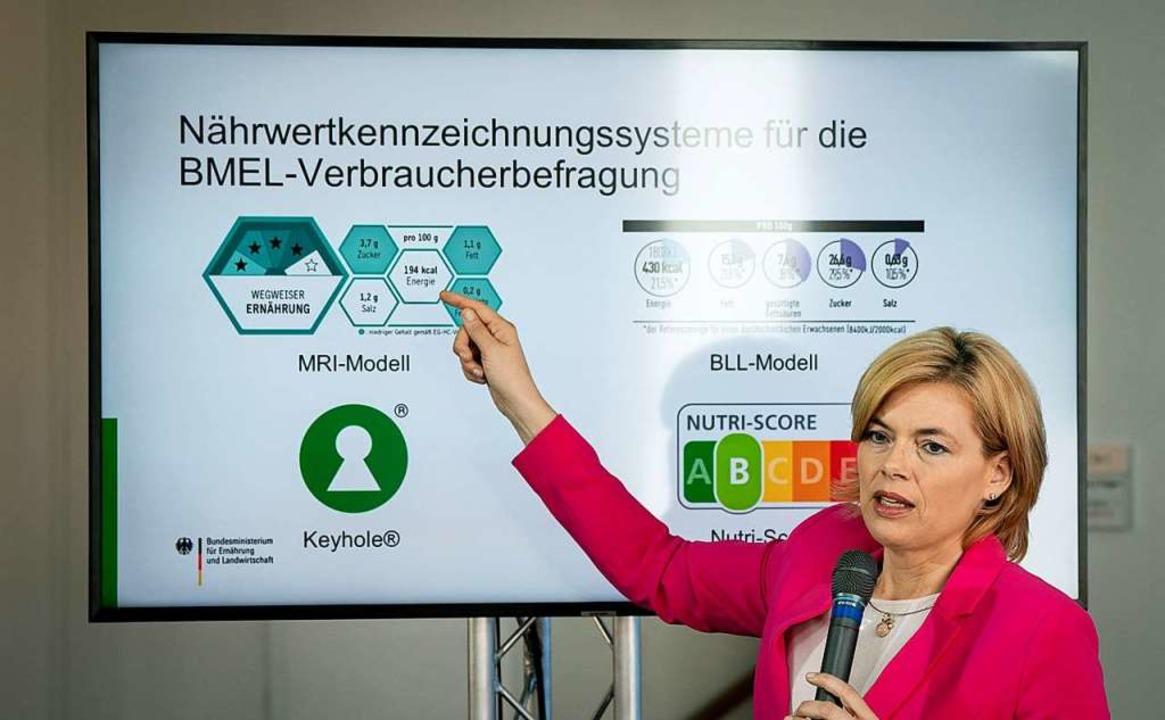 Landwirtschaftsministerin Klöckner prä...ks unten und Nutri-Score rechts unten.  | Foto: Kay Nietfeld (dpa)
