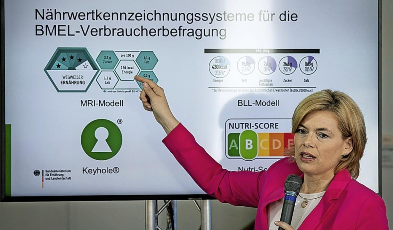 Landwirtschaftsministerin Klöckner prä...ks unten und Nutri-Score rechts unten.    Foto: Kay Nietfeld (dpa)