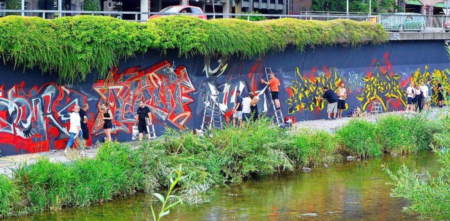 Die Wand zwischen Dreisam und Stadtdurchfahrt ist nun viel bunter.  | Foto: Michael Bamberger