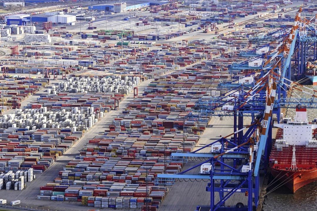 Der Welthandel läuft zu großen Teilen ...in der die Konjunktur insgesamt lahmt.  | Foto: Mohssen Assanimoghaddam (dpa)