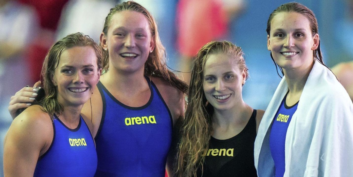 Bitte lächeln! Die Deutschen Jessica S... Annika Bruhn (l-r) nach ihrem Rennen   | Foto: Bernd Thissen (dpa)