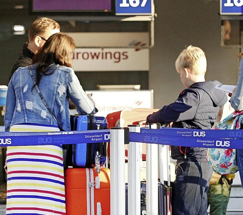 Wer sein Kind mit in den Urlaub nehmen will, muss bis zum Ferienbeginn warten.  | Foto: Roland Weihrauch (dpa)