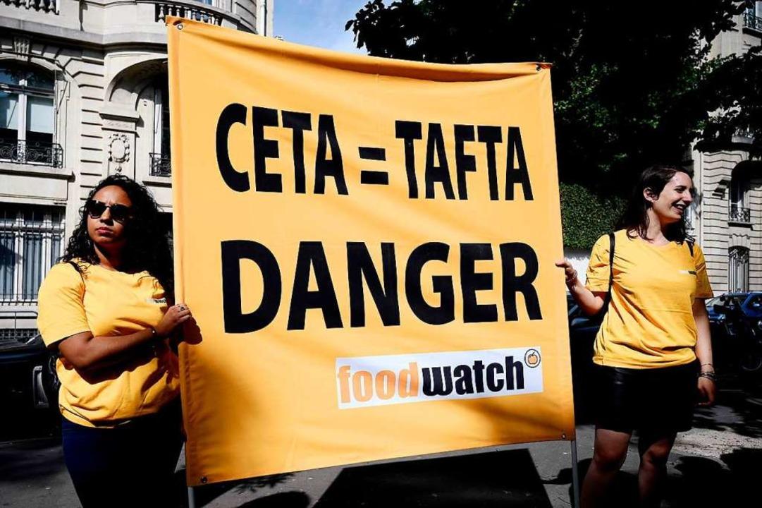 Ceta wird weiterhin kritisch beäugt &#...ier Demonstranten in Paris am 16 Juli.  | Foto: PHILIPPE LOPEZ (AFP)