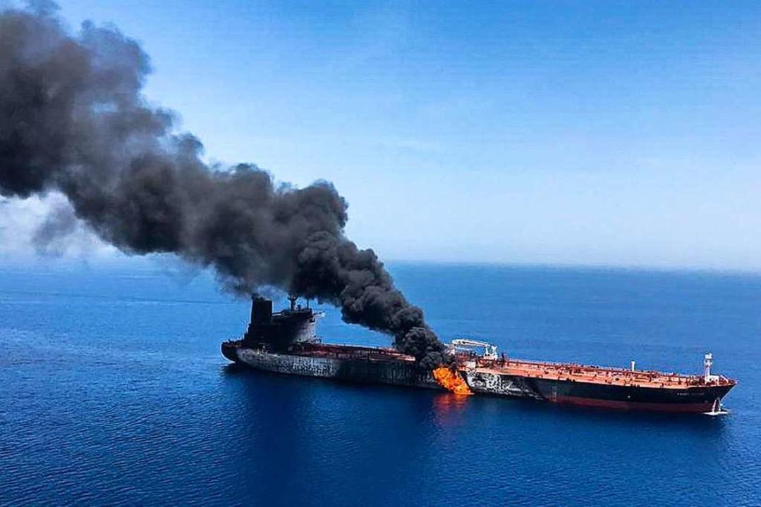 13. Juni: Im Golf von Oman geriet der ...Frontline nach einem Angriff in Brand.  | Foto: Uncredited (dpa)