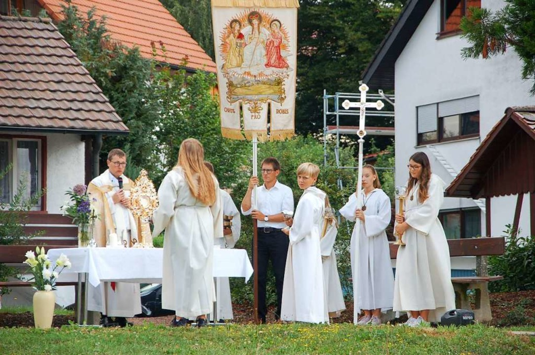 Nach dem Gottesdienst im Freien gibt es eine Prozession.  | Foto: Petra Wunderle