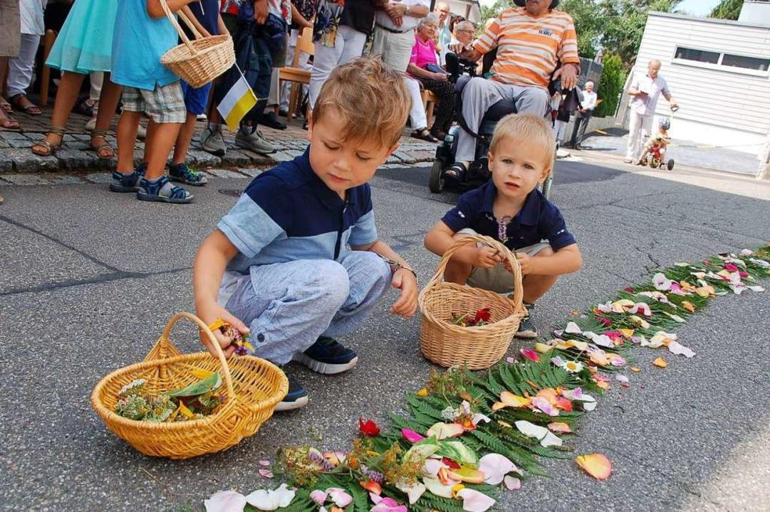 Auch kleine Buben streuten Blumen  | Foto: Petra Wunderle