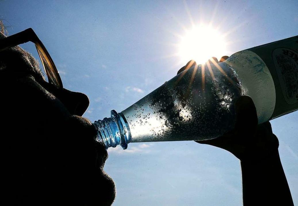 Bei der Hitze ist viel Trinken wichtig.  | Foto: Oliver Berg (dpa)