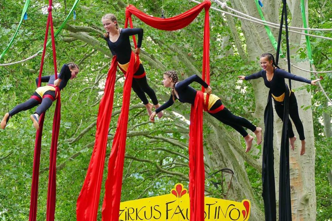 Mit  spannenden Akrobatik- und Jonglie...orstellungen am Stadtsee ihr Publikum.  | Foto: Victor Adolf