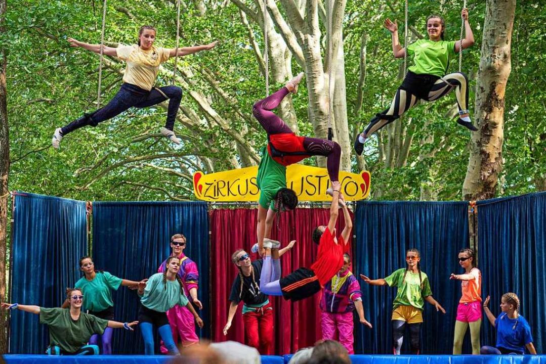 Mit  spannenden Akrobatik- und Jonglie...orstellungen am Stadtsee ihr Publikum.  | Foto: Peter Stahl
