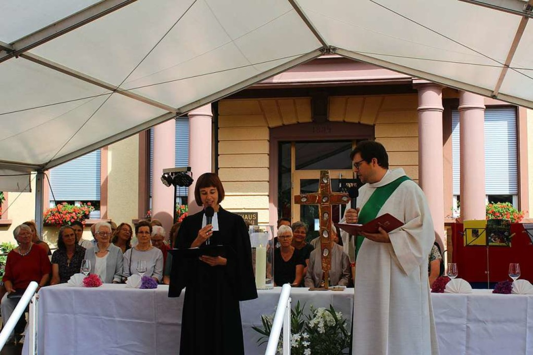 Pfarrerin Therese Wagner und Diakon Ch... Wasser in Wein verwandelt haben soll.  | Foto: Karin Heiß