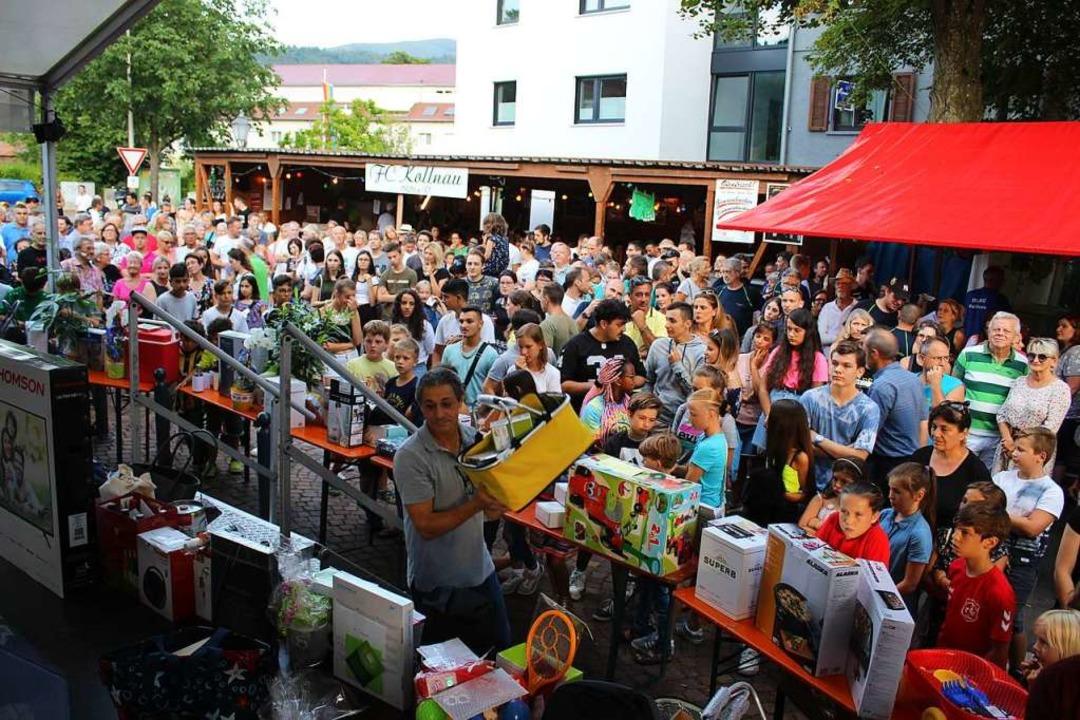 Riesen Andrang vor der Tombola-Verlosung.  | Foto: Karin Heiß