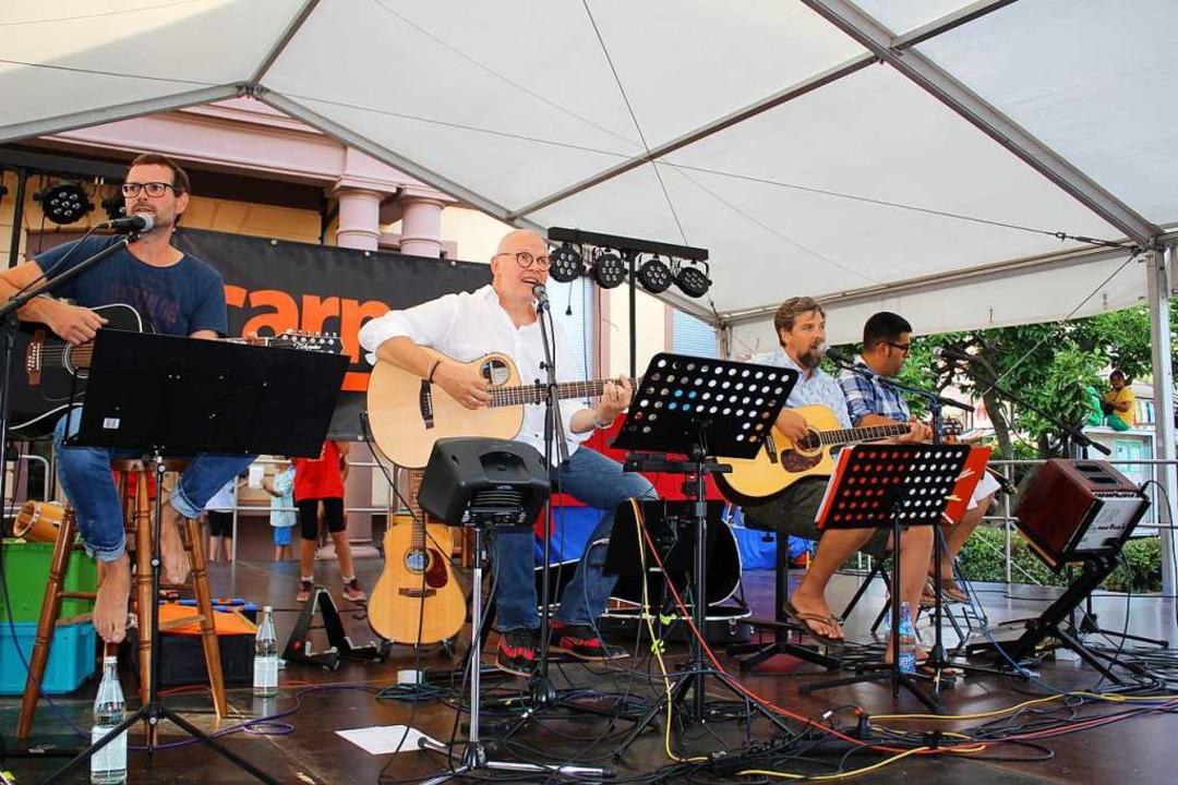 Die Akustikformation Carneol spielte a...nationale Songs der letzten Jahrzehnte  | Foto: Karin Heiß