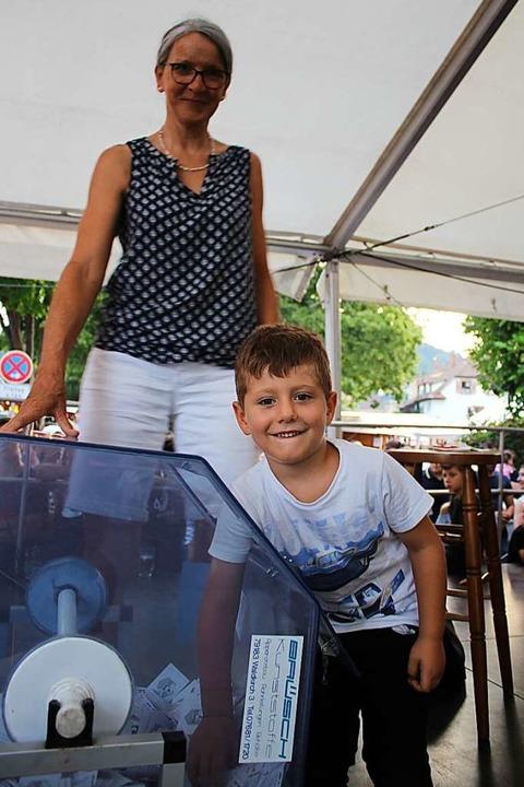 115 Preise gab es zu verlosen bei der ...lücksfee darf noch nicht lesen können.  | Foto: Karin Heiß