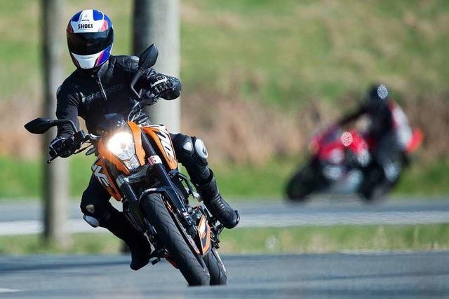 Polizei kontrolliert Motorradfahrer am der Schauinsland