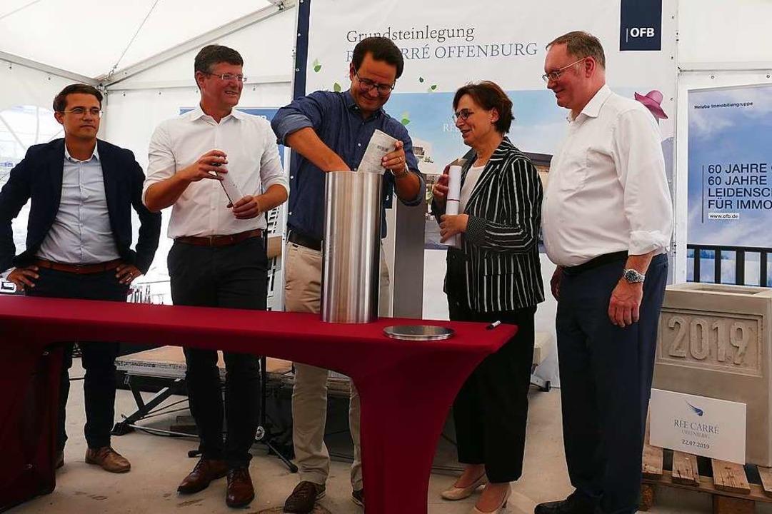 """Bestücken der """"Zeitkapsel""""...ie veranschlagten 65 Millionen Euro.      Foto: Helmut Seller"""