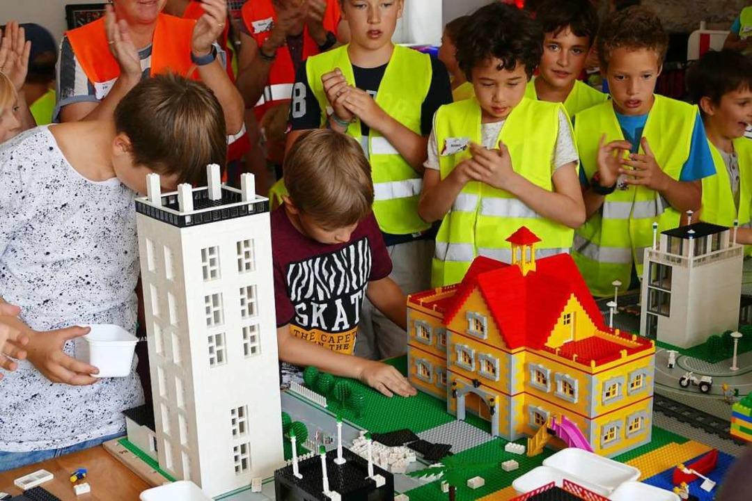 Hochkonzentriert bauten die Kinder an ihrer Legostadt.  | Foto: Lukas Müller