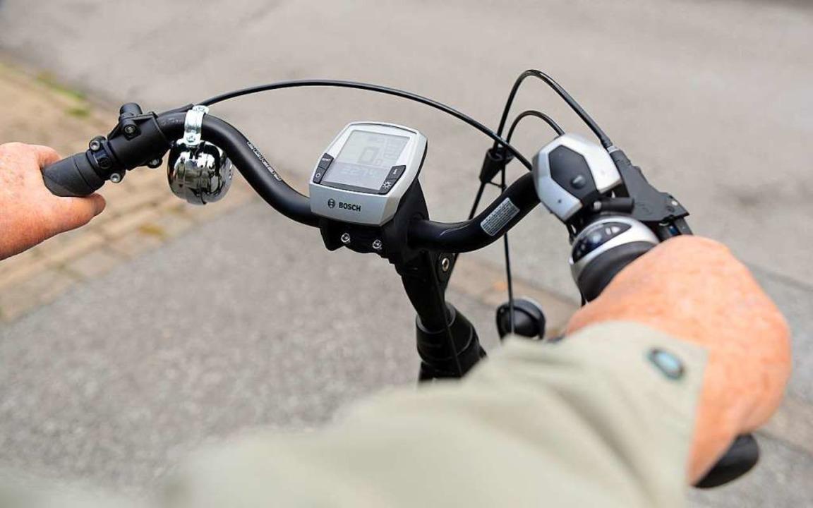 E-Bikes werden auch gerne von Senioren...aber höher als einem normalen Fahrrad.  | Foto: Caroline Seidel (dpa)