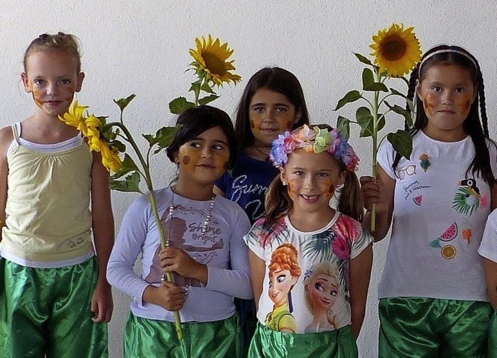 Die Blumentänzerinnen verbreiteten Freude.   | Foto: Dieter Fink