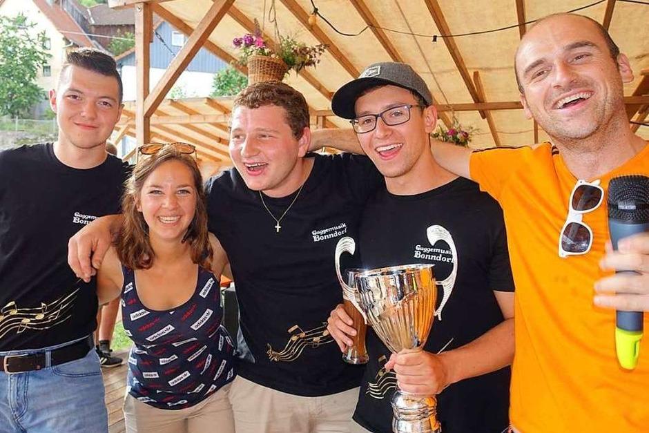 Die  Dorfolympiade-Gewinner am Dillendorfer Dorffäscht sind die Mannen der Guggenmusik Bonndorf, Mannschaft 2. Die Moderatoren Josefine Eckert (Zweite von links) und Ralf Rebmann (rechts) waren die ersten Gratulanten. (Foto: Heidemaerie Rombach)