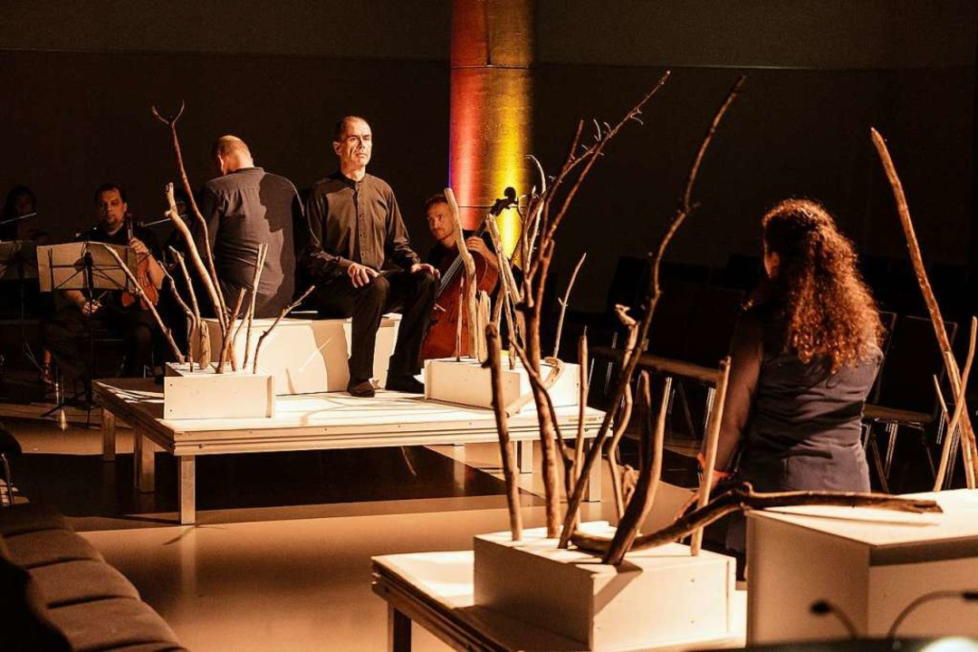 Szene aus der Freiburger Holst-Produkt...itri (Siri Karoline Thornhill, rechts)  | Foto: Sebastian Düsenberg
