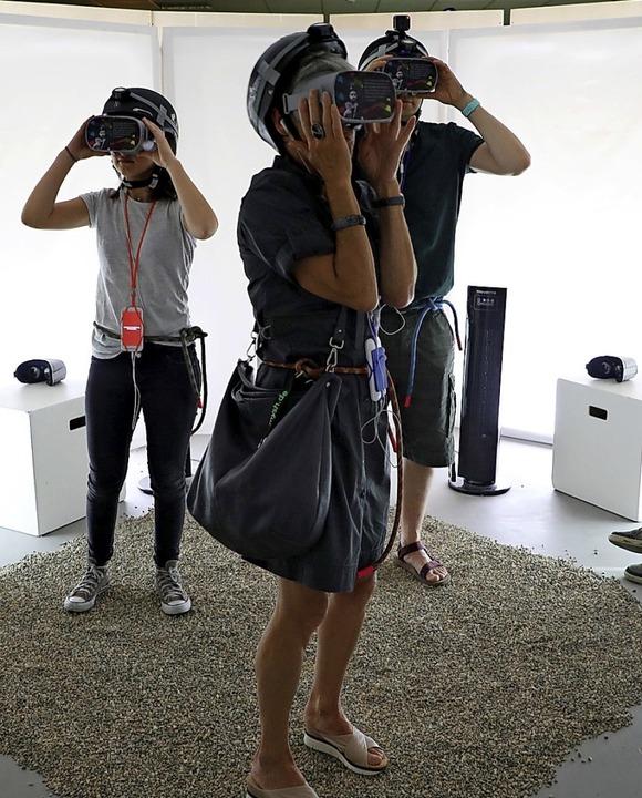 Auch der virtuellen Realität werden die Besucher mit VR-Brillen ausgesetzt.  | Foto: Christoph Breithaupt