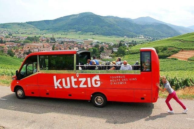In diesem knallroten Cabrio-Bus kann man elsässische Winzerdörfer entdecken