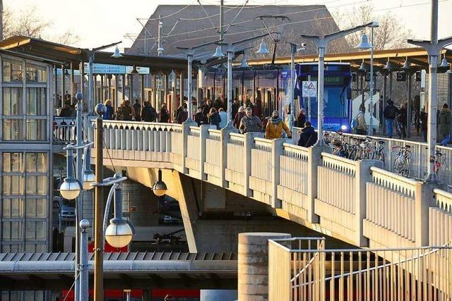 Zwei junge Frauen verletzen 18-Jährige auf der Stadtbahnbrücke