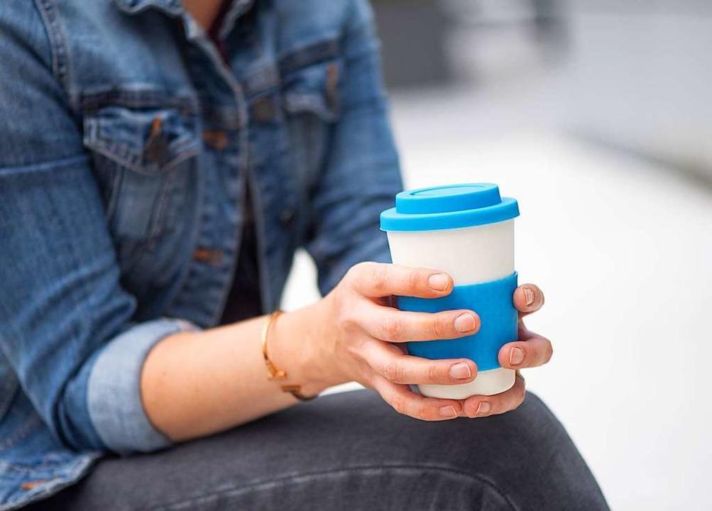Kaffeebecher aus Bambus gelten als dau... Stiftung Warentest aber Schadstoffen.  | Foto: Zacharie Scheurer (dpa)