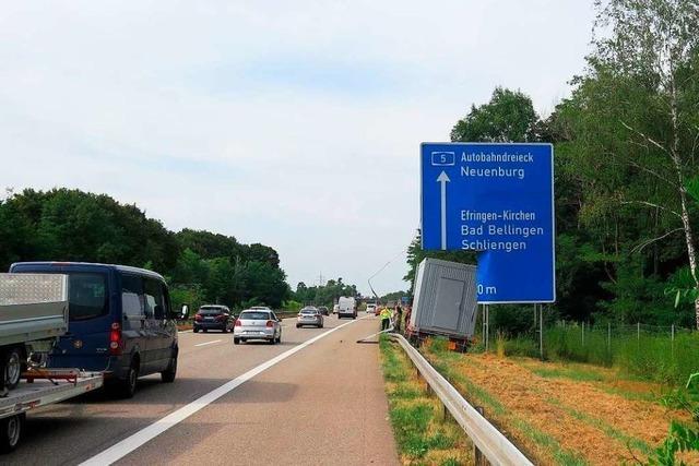 Lkw durchbricht Leitplanke an der A 5
