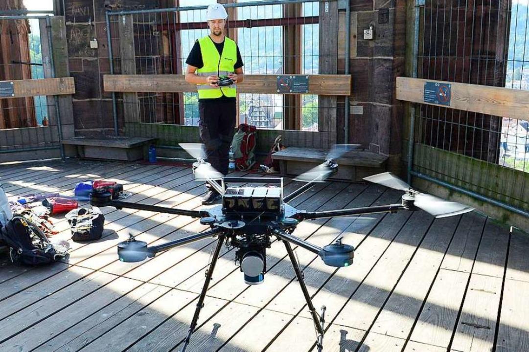 Für hochauflösende Bilder steigt die Drohne im Turmhelm auf.  | Foto: Ingo Schneider