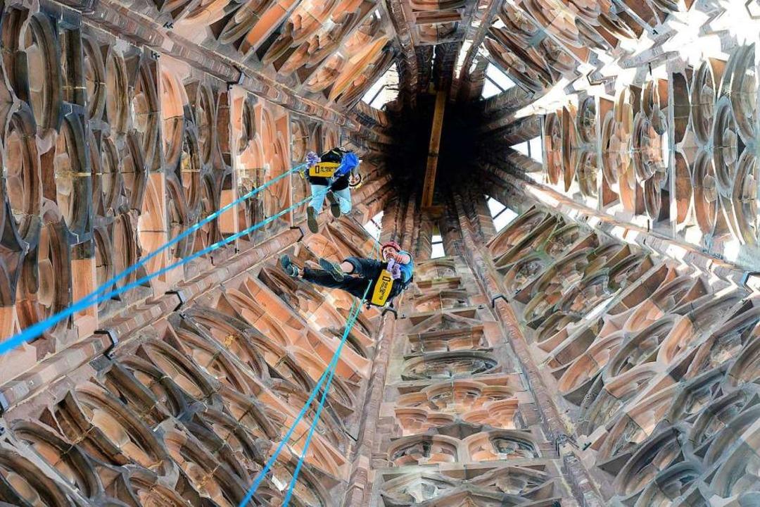 Für den Augenschein müssen die Steinmetze in den Turmhelm klettern.  | Foto: Ingo Schneider