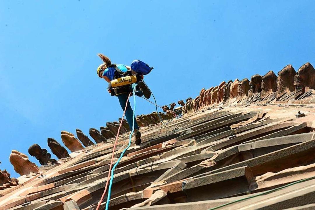 Ein Kletterer am Münsterturm.  | Foto: Ingo Schneider