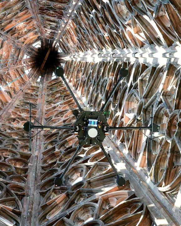 Der Lasersensor der Hightech-Drohne is...ür ein 3D-Modell des Münsters liefern.  | Foto: Ingo Schneider