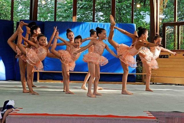 Turner aller Altersklassen bieten den Zuschauern ein akrobatisches Spektakel