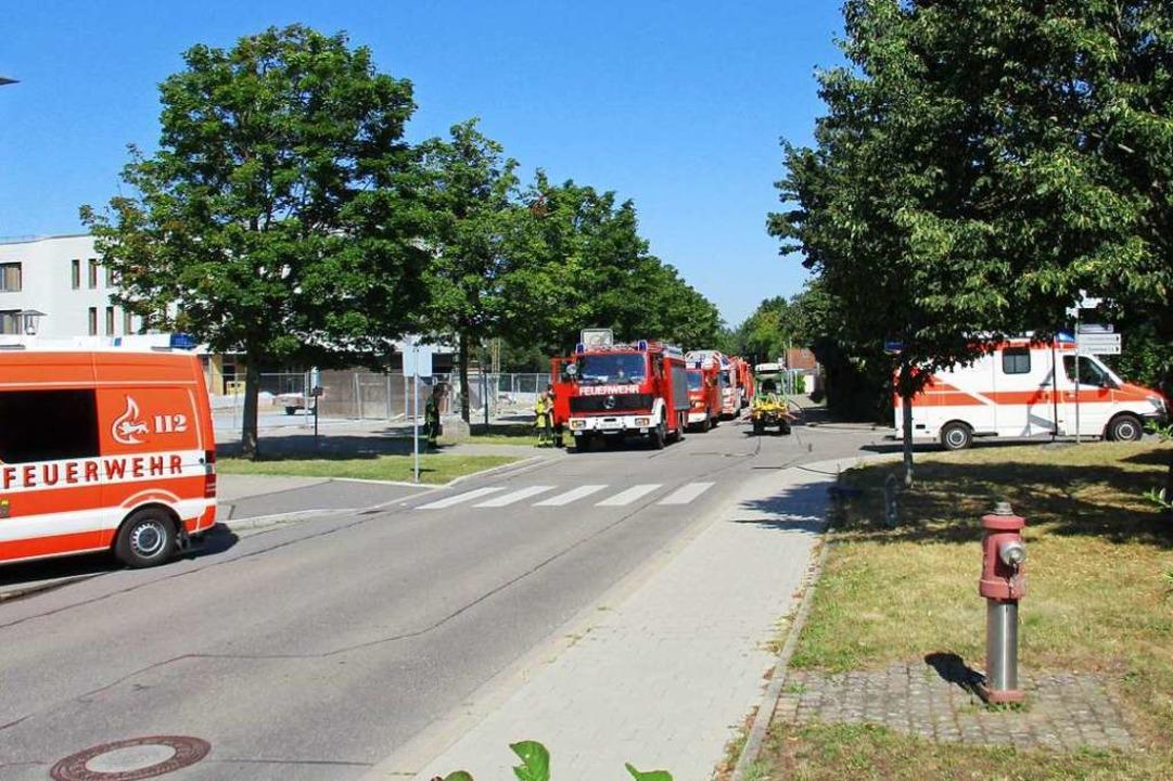 Vor dem Kreisgymnasium warteten zahlreiche Feuerwehrleute auf ihren Einsatz.  | Foto: Feuerwehr Bad Krozingen
