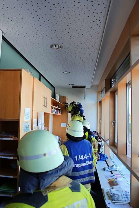 Mit Atemschutzgeräten und Wärmebildkam... dem Brandherd, allerdings vergeblich.  | Foto: Feuerwehr Bad Krozingen