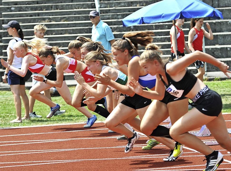 Explosiver Start: Lilli Franke (rechts...ite von links) beim 100-Meter-Sprint.   | Foto: Ottmar Heiler
