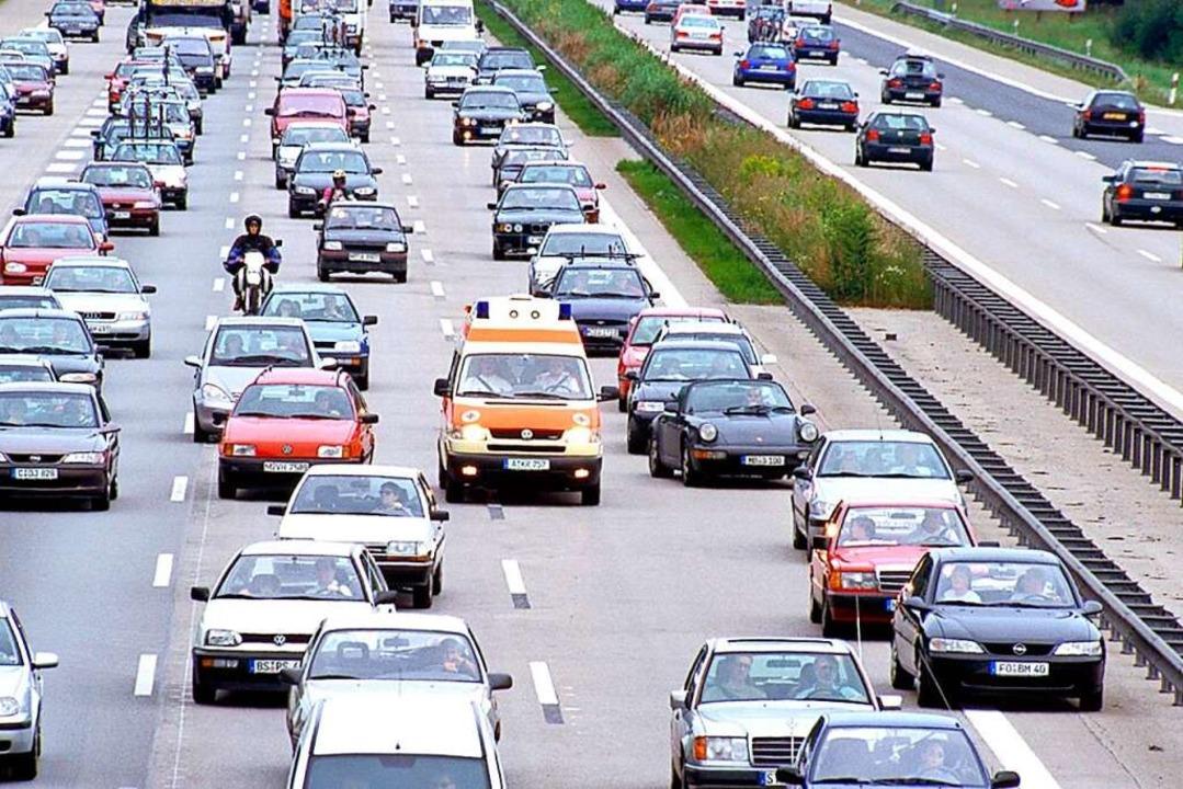 Bei einem Stau muss die Rettungsgasse ...m linken Fahrstreifen gebildet werden.  | Foto: ADAC
