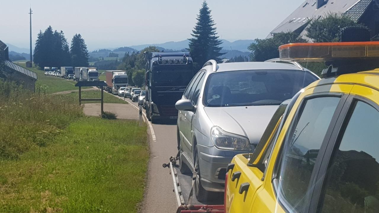 Nichts geht mehr: Nach dem Unfall im H...ch auf der Spirzenstrecke der Verkehr.  | Foto: Kamera 24