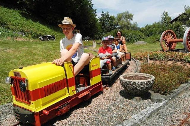 Bei der Liliput-Eisenbahn in Hasel durften Kinder mit Teddy gratis fahren