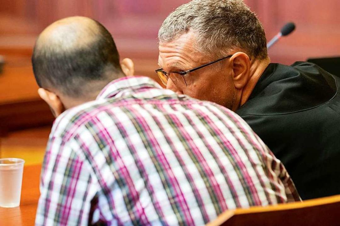Der Angeklagte vor Gericht  | Foto: Daniel Karmann (dpa)