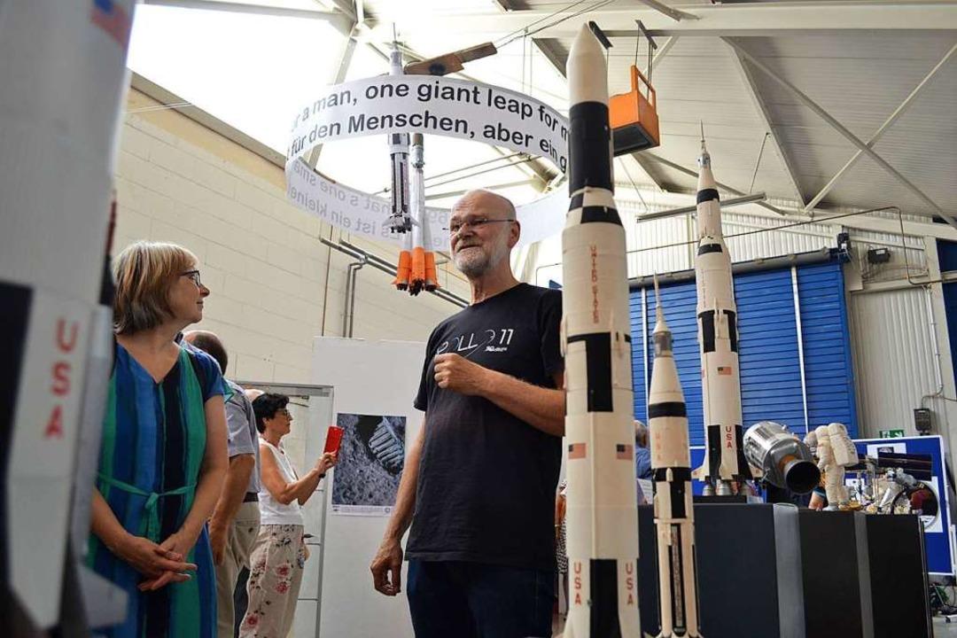 Der Erbauer der Raketenmodelle, Stefan Dietrich, führt durch die Ausstellung.  | Foto: Harald Rudolf