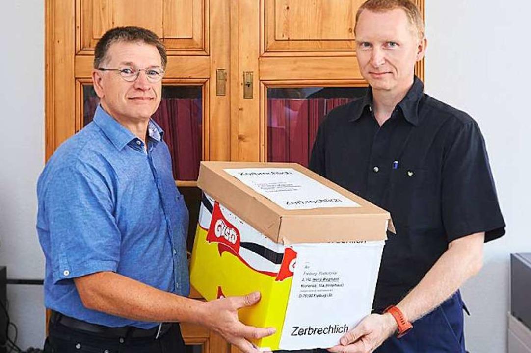 Heiko Wegmann (rechts) überreicht Diet... der Alexander-Ecker-Sammlung stammen.  | Foto: Harald Neumann