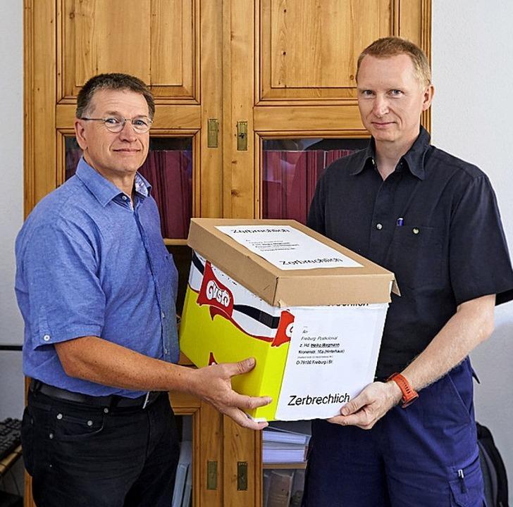 Heiko Wegmann (rechts) überreicht Diet...der Alexander-Ecker-Sammlung stammen.   | Foto: Harald Neumann
